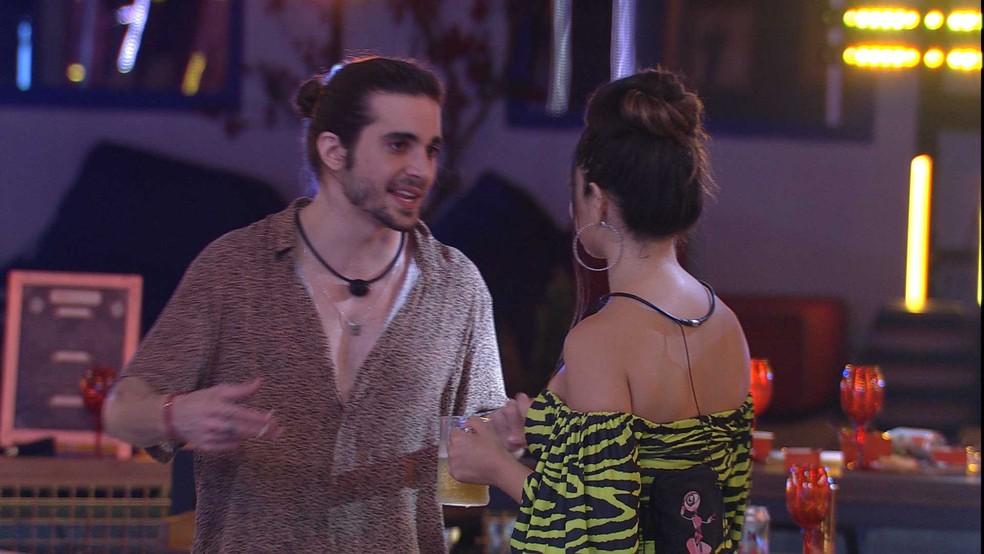 bbb21 220421 034615 - Fiuk troca flertes com Juliette e afirma: 'Acho você mais bonita'