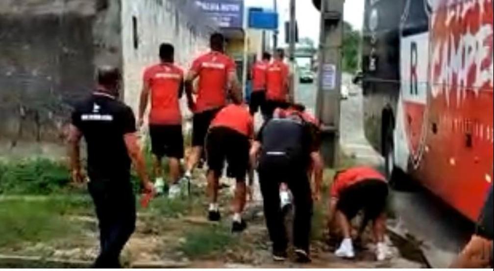 briga jogadores - Após derrota em clássico estadual, torcedores protestam contra time e jogadores revidam - VEJA VÍDEO