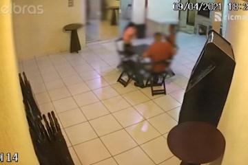 homem disparo - Homem pega arma escondido, ameaça mulheres em boate e atira na própria mão - VEJA VÍDEO