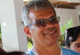 """""""Quadro de saúde estável"""": Jornalista Eduardo Carneiro segue em tratamento por complicações da Covid-19"""