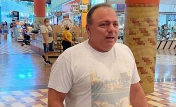 ministro - Ex-ministro da Saúde Eduardo Pazuello é flagrado sem máscara em shopping de Manaus