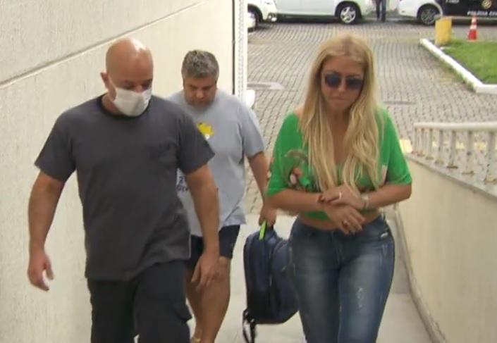 mulher presa cabelos - Polícia prende mulher suspeita de chefiar quadrilha que desviava doações de cabelo para pacientes com câncer