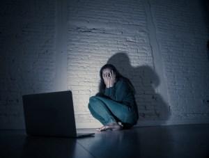 stalking 300x227 - Lei que criminaliza perseguição, inclusive na internet, entra em vigor - Entenda