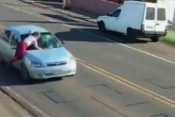 thumbnail for 30584 - Homem acelera carro com mulher em cima do capô e foge deixando vítima na pista