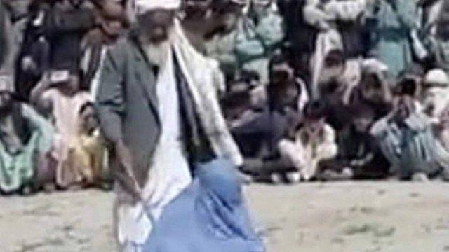 xblog taliban.jpg.pagespeed.ic .1Qaz5swqzj - Mulher é açoitada em público por 'falar com homem ao telefone'