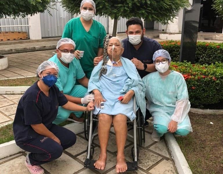 0aaf6a6d ce8a 423a b6d4 1acec7d57f49 - Idosa que passou mais de dois meses internada no setor Covid do Hospital de Patos recebe alta