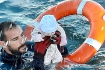 Capturar 98 - Foto de policial resgatando bebê no mar viraliza
