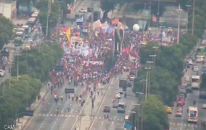 """E2j5EzIX0AQImoD - """"Bolsonaro é mais perigoso do que o vírus"""": Manifestações acontecem por todo o Brasil; confira"""
