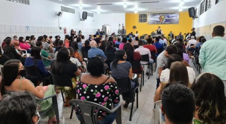 FELICIANO - Vigilância Sanitária interrompe culto com deputado Marco Feliciano por violar distanciamento