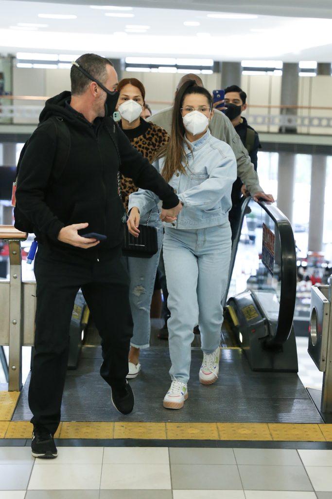 IMG 1772 683x1024 1 - ESBANJANDO CARISMA: Juliette faz festa em passagem relâmpago pelo saguão de aeroporto em SP - VEJA VÍDEO