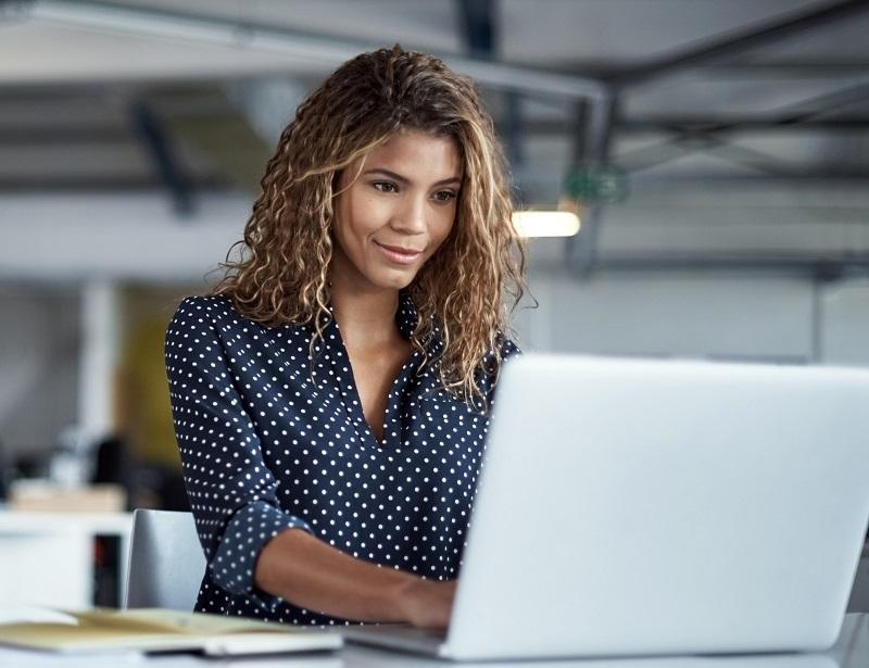 Mulher no computador 1  - Solicitação de transcrição de guias deve ser feita pelo Portal Unimed a partir do dia 1°; veja como é rápido e fácil
