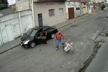 agressao idoso - Idoso de 67 anos é agredido por motorista de aplicativo no meio da rua - VEJA VÍDEO
