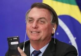 """Bolsonaro faz piada racista com cabelo 'black power' de apoiador: """"Tô vendo uma barata aqui"""""""