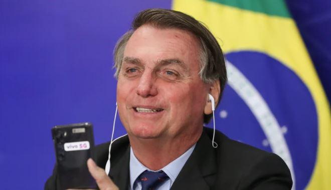 """boco - Bolsonaro faz piada racista com cabelo 'black power' de apoiador: """"Tô vendo uma barata aqui"""""""
