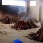 cremacao coletiva na india 418x235 1 - Mulher dada como morta por Covid-19 acorda momentos antes de ser cremada