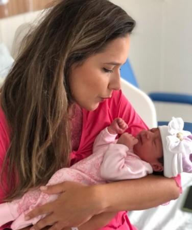 """denise delmiro e filha - Apresentadora de Tv Denise Delmiro, é imunizada contra a Covid-19 após nascimento da sua filha: """"PUÉRPERA VACINADA!"""""""
