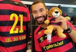 """Ex-BBB Gilberto visita clube do Sport, sofre homofobia por parte de conselheiro do timee lamenta: """"Machuca muito"""" – OUÇA"""