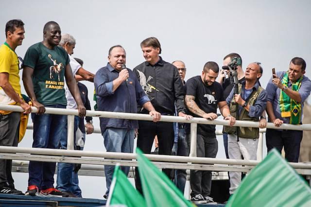 """jair bolsonaro pazuello ato rio de janeiro 1 - Ato político com Bolsonaro: Pazuello já recebeu """"em mãos"""" formulário para se explicar ao Exército"""