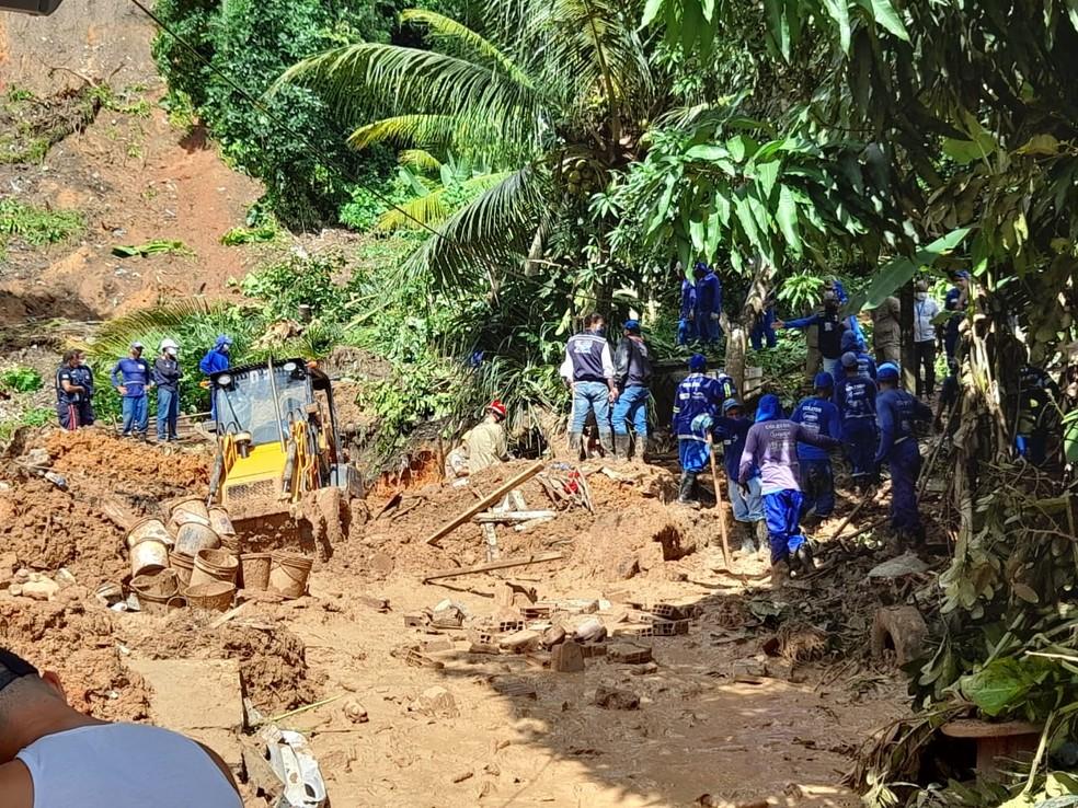 local corpos - Após mãe e filho, Bombeiros encontram corpos de pai e filha abraçados em casa de família atingida por barreira