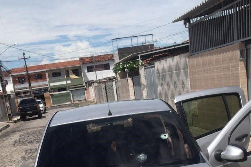 marcas de tiro em carro 1 - TENTATIVA DE HOMICÍDIO: Policial acusado de atirar em motorista de aplicativo é mantido preso