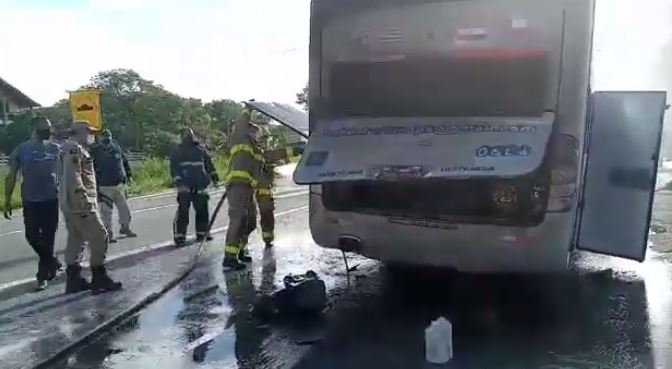 onibus botafogo - SUSTO NA ESTRADA: incêndio atinge ônibus que transportava jogadores do Botafogo-PB; VEJA VÍDEO