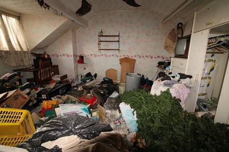 xhouse5.jpg.pagespeed.ic .lo2JpQgtVO - Casa 'mais suja da Inglaterra' é posta a venda 'do jeito que está'; Veja fotos