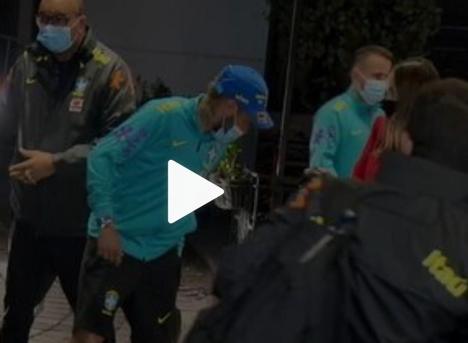 """Capturar 8 - Fãs de Neymar furam bloqueio de seguranças e """"atropelam"""" jogador em hotel da Seleção; veja vídeo"""