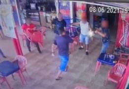 IMAGENS FORTES: Homem em fúria entra em bar para tentar esfaquear policial e acaba baleado