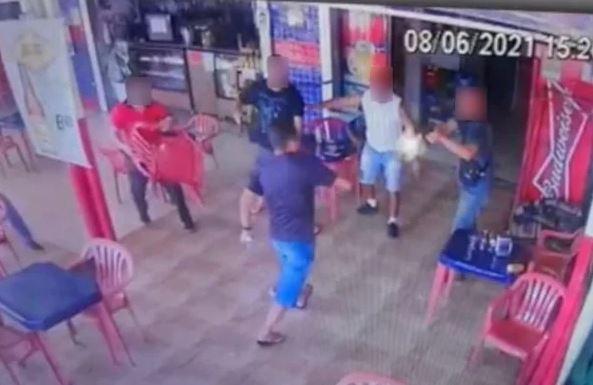 Capturar.JPGkol - IMAGENS FORTES: Homem em fúria entra em bar para tentar esfaquear policial e acaba baleado