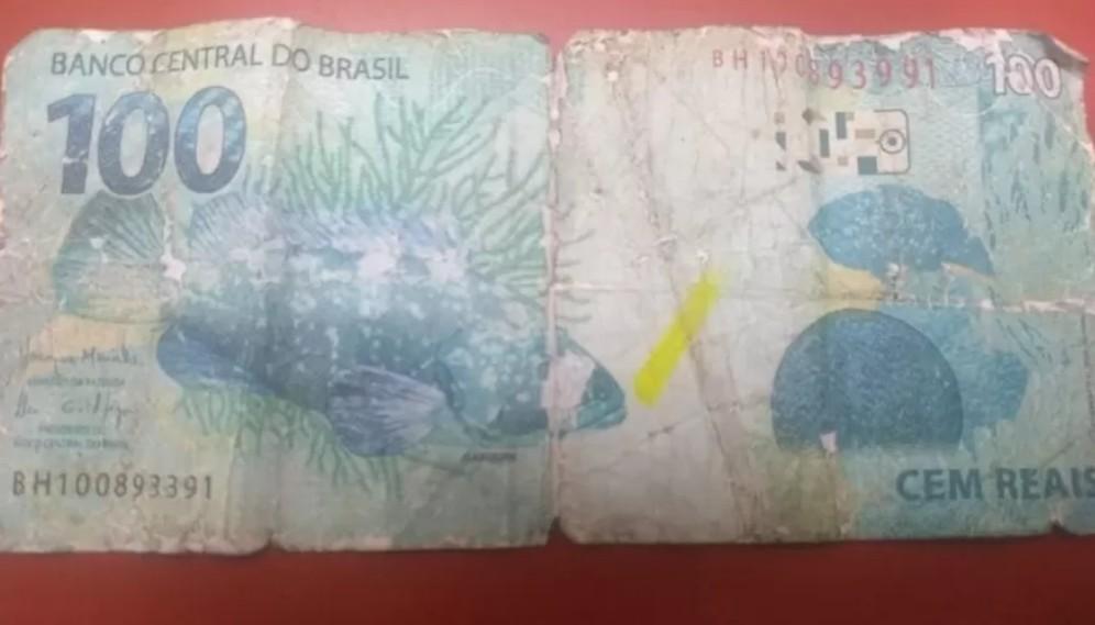 Capturar - Menino que vendia em semáforo chora após ser pago com nota falsa de R$ 100