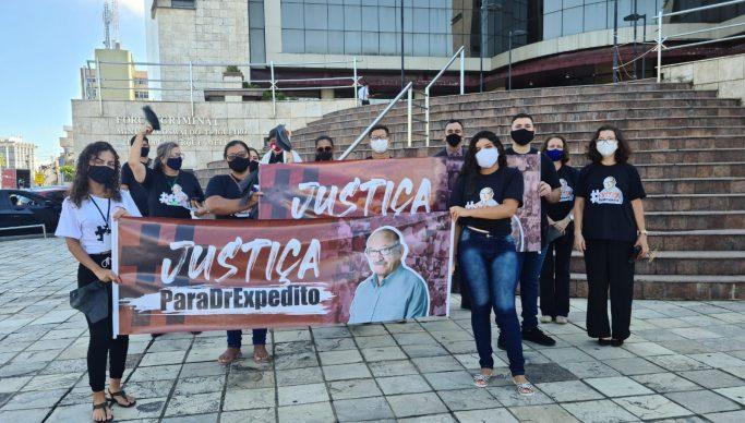 Expedito Pereira familiares fazem mobilizacaoem frente ao Forum Criminal 683x388 1 - Acusados e testemunhas da morte do ex-prefeito de Bayeux, Expedito Pereira, serão ouvidos hoje