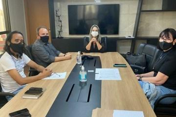 Prefeita Karla Pimentel com comissao da UFPB - Karla Pimentel discute com comissão da UEPB organização de concurso público no Conde