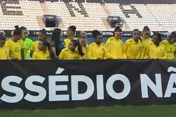 """Seleção feminina de futebol solta manifesto e faixa: """"Assédio Não"""""""
