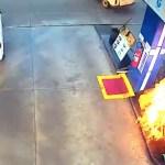 bomba fogo - SUSTO! Cliente dá partida, carrega mangueira sem perceber e bomba pega fogo em posto de combustível - VÍDEO VÍDEO