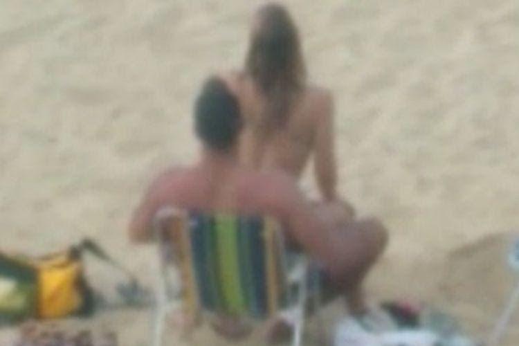 casal brava itajai 01 - SEM VERGONHA: casal é flagrado fazendo sexo em praia e mulher discute com guarda-vidas que interviu pedindo respeito