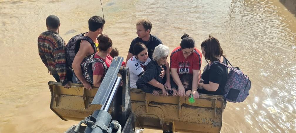 idosa resgatada chuva - DESESPERO! Grávida e idosa de 103 anos ficam ilhadas e precisam ser resgatadas após rio transbordar