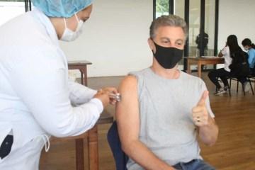 """""""ESSE É O BRASIL QUE DESEJO"""": Luciano Huck toma a primeira dose da vacina contra a Covid-19"""