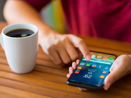 pessoa com celular na mao aplicativos smartphone whatsapp xicara de cafe 1573228763600 v2 450x337 - WhatsApp funcionará em quatro aparelhos ao mesmo tempo; entenda