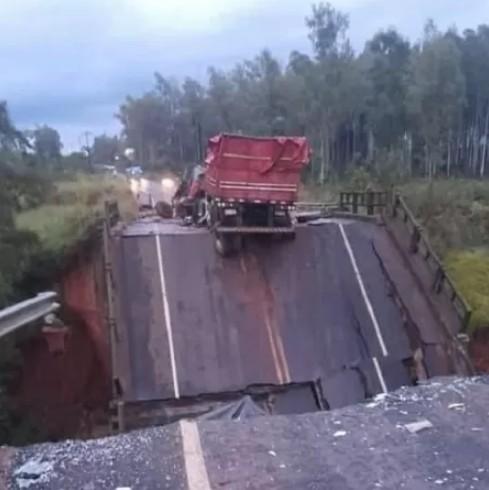 trag - Dois morrem e três ficam feridos em queda de ponte - VEJA VÍDEO