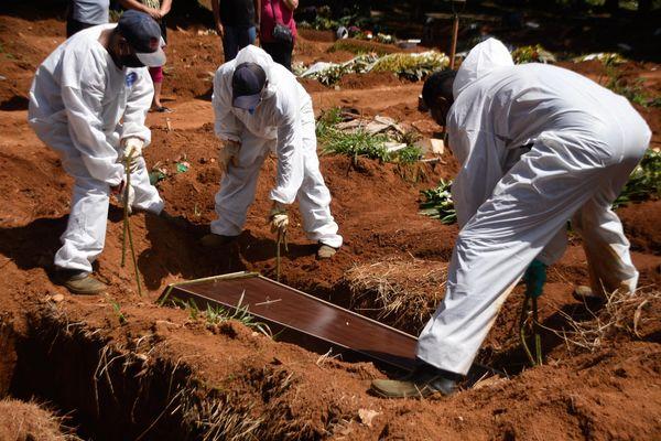 vitimas de covid 19 sao enterradas no cemiterio vila formosa em sao paulo sp que teve um aumento de enterros por conta da doenca 411728 article - Brasil registra 1.184 novas mortes e ultrapassa 470 mil óbitos pela covid