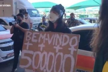 Apoiadores de Bolsonaro xingam mulher com cartaz de 500 mil mortos por Covid – VEJA VÍDEO