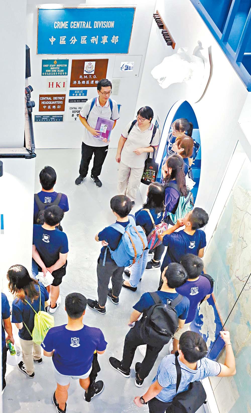 耆樂警訊導賞員帶領「警隊學長計劃」學員參觀大館展覽