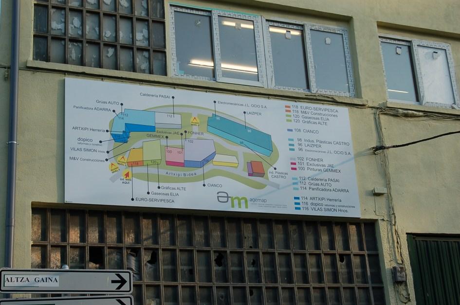 El pabellón dispone de una zona de oficina y se encuentra a la entrada del polígono de Papín Molinao, a diez minutos de San Sebastián y cinco del Puerto de Pasaia.