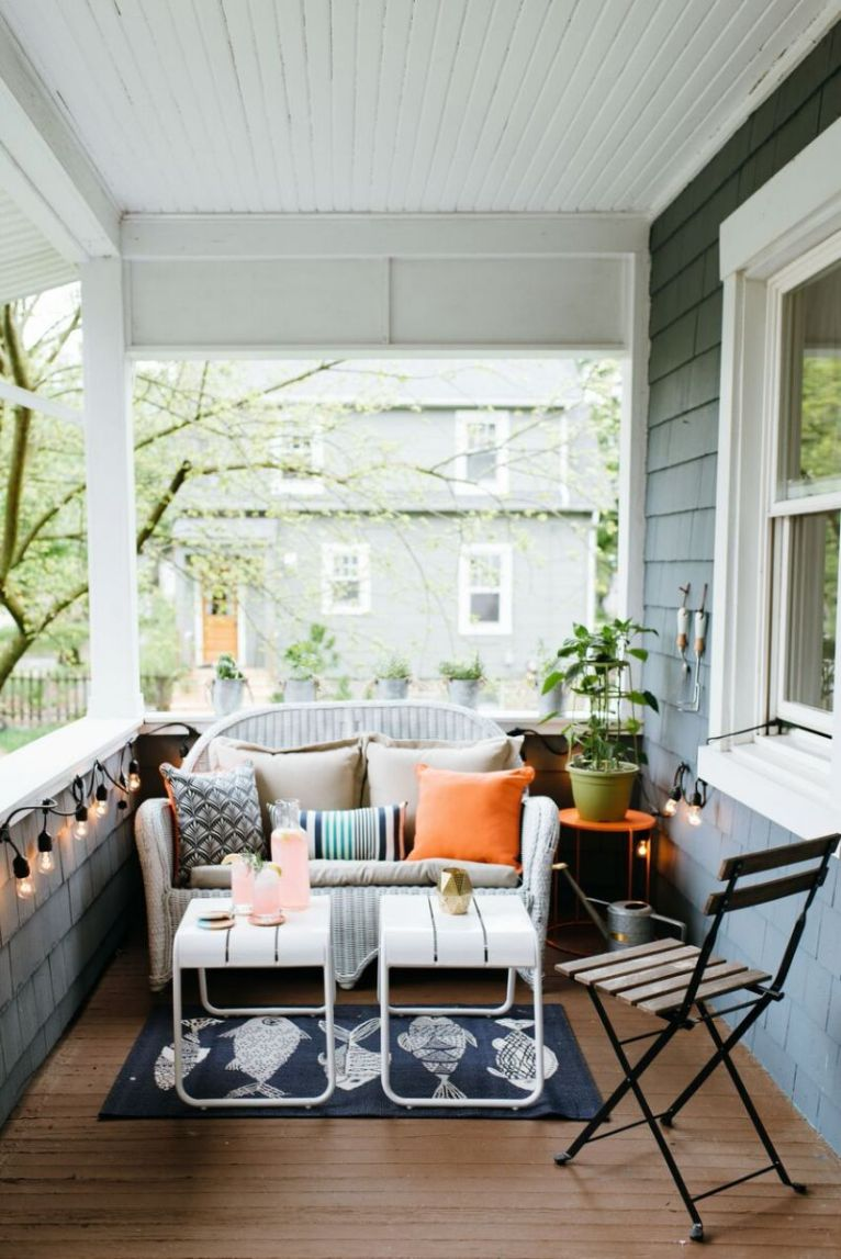 Bright and fun front porch decor || www.polishedclosets.com