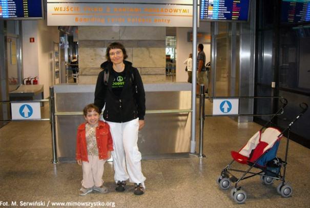 Karolinka z p. Elizą na lotnisku