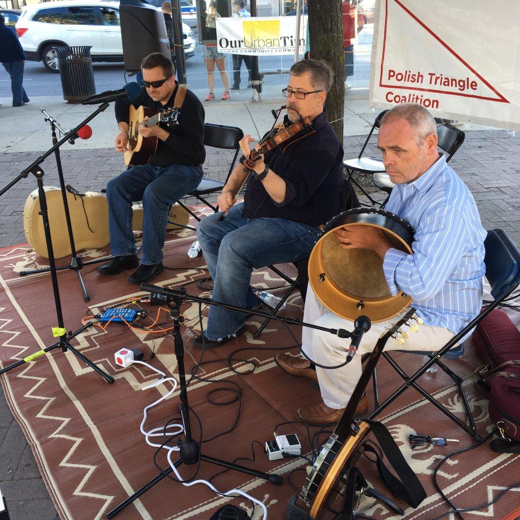 Jesse Langen (guitar), Seán Cleland (fiddle) and Jackie Moran (banjo, bodhrán).
