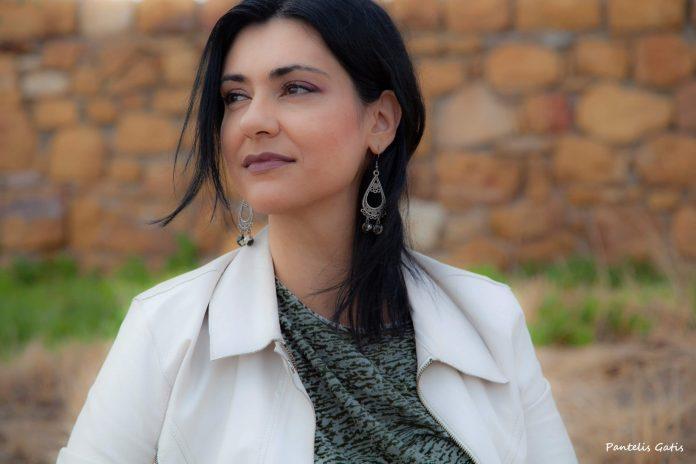 """Στέλλα Πετρίδου: """"Γράφω μόνο όταν νιώσω την ανάγκη να το κάνω, όταν η ψυχή μου θέλει απεγνωσμένα να ζωγραφίσει μια εικόνα από λέξεις"""" - Polis Magazino"""