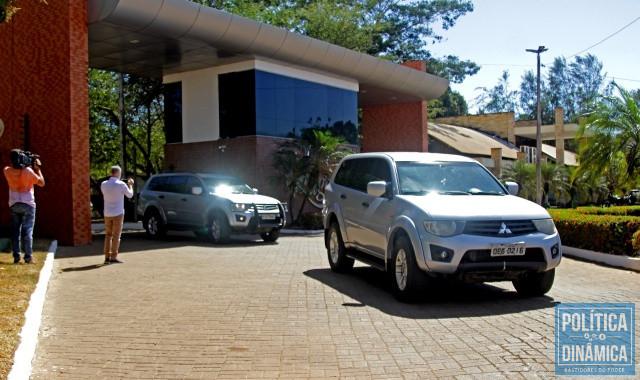 Carros da PF deixando o condomínio (Foto: Jailson Soares/PoliticaDinamica.com)