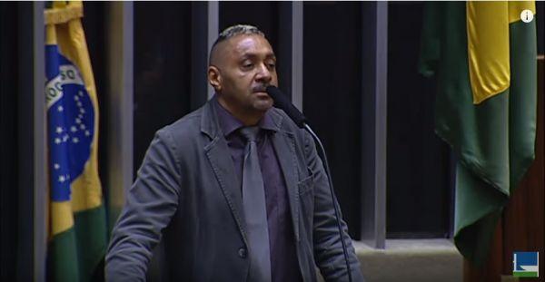 VÍDEO: Tiririca desiste da política e dá 'uma tapa na cara' dos deputados