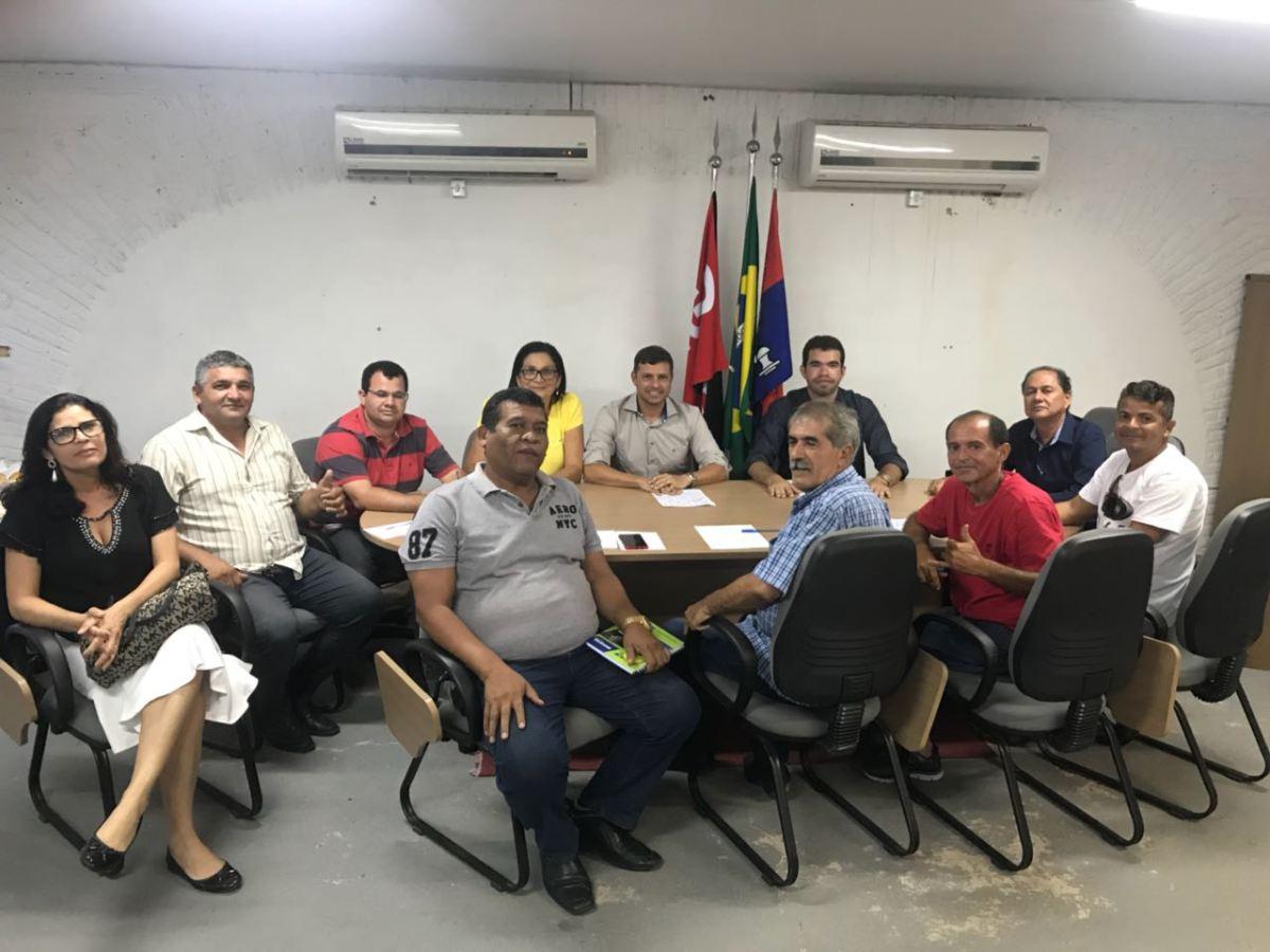 Vitor Hugo deve receber novas adesões após reunião com a bancada de 11 vereadores